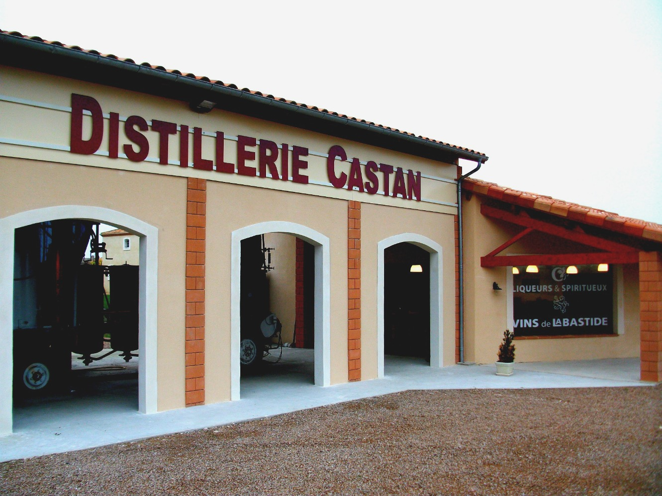 http://www.investinfrance.co.uk/wp-content/uploads/2018/01/distillerie_exterieur_015.jpg